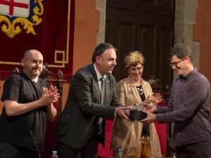 Enric Tierz de Cineclub amb l'alcalde i la regidora de Cultura.